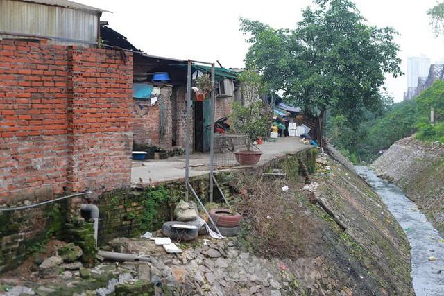 Người dân khu lao động Long Biên khốn đốn trong nắng nóng đổ lửa  - Ảnh 2.