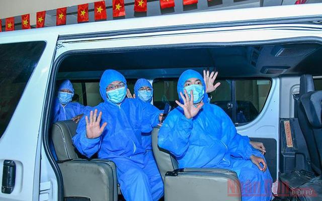 PGS Nguyễn Lân Hiếu: Một lần bị dao mổ cắt vào tay và chuyện những y bác sĩ kiệt sức trong bộ PPE dưới tiết trời đổ lửa - Ảnh 1.