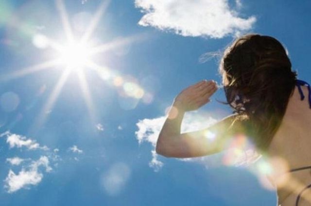 Nắng nóng gay gắt, chỉ số tia cực tím ở mức rất cao nguy hiểm cho sức khoẻ con người mức nào? - Ảnh 2.