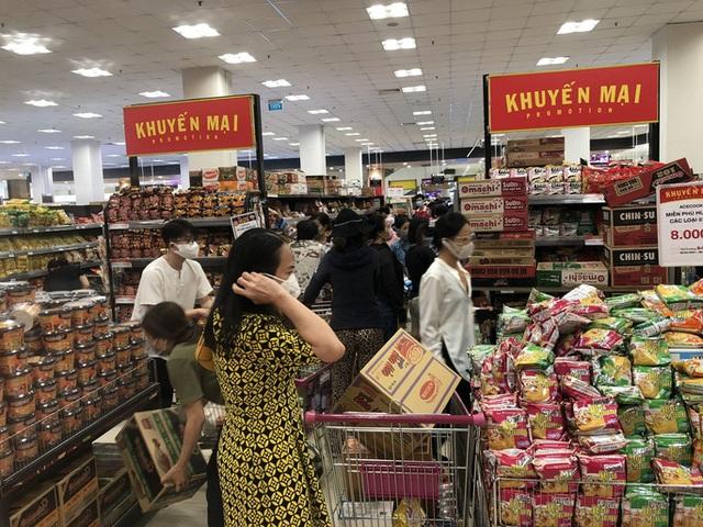 Đơn hàng online ở các siêu thị tăng đột biến, shipper chạy không kịp thở - Ảnh 2.