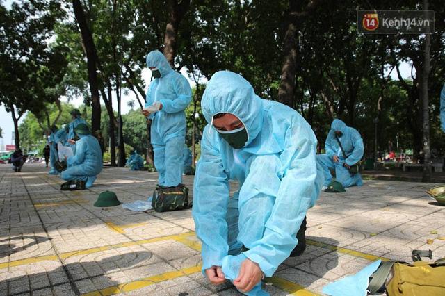TP.HCM: Lực lượng quân đội tiến hành phun khử trùng tại các điểm nóng Covid-19 ở quận Gò Vấp - Ảnh 1.