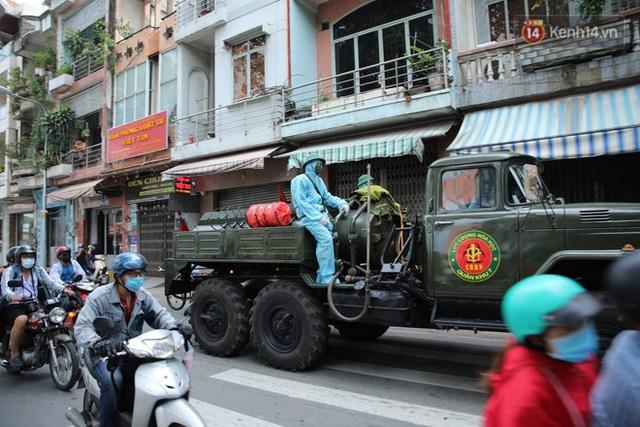 TP.HCM: Lực lượng quân đội tiến hành phun khử trùng tại các điểm nóng Covid-19 ở quận Gò Vấp - Ảnh 2.