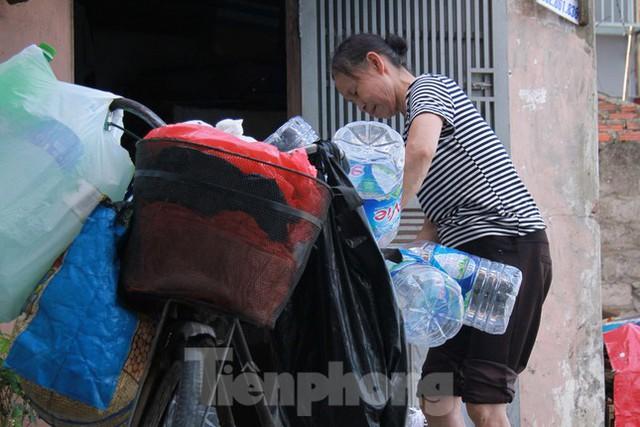 Người dân khu lao động Long Biên khốn đốn trong nắng nóng đổ lửa  - Ảnh 12.