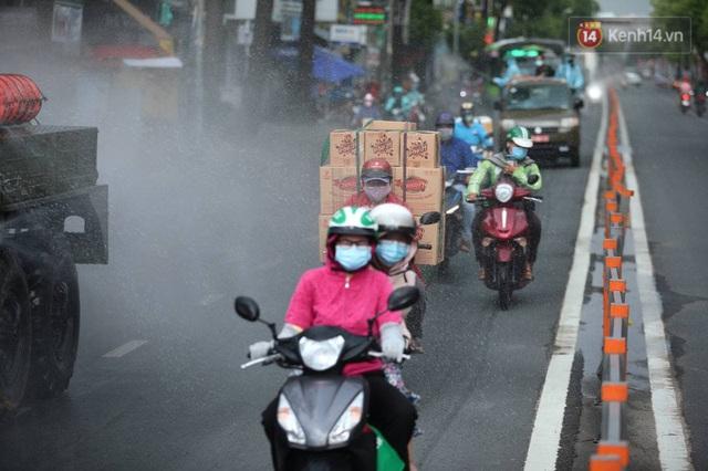 TP.HCM: Lực lượng quân đội tiến hành phun khử trùng tại các điểm nóng Covid-19 ở quận Gò Vấp - Ảnh 13.