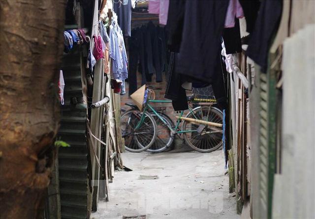 Người dân khu lao động Long Biên khốn đốn trong nắng nóng đổ lửa  - Ảnh 14.