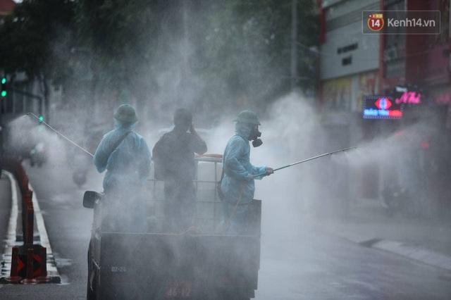 TP.HCM: Lực lượng quân đội tiến hành phun khử trùng tại các điểm nóng Covid-19 ở quận Gò Vấp - Ảnh 14.