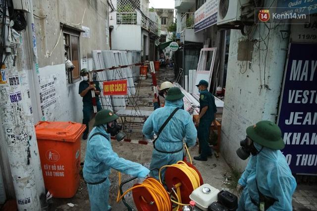 TP.HCM: Lực lượng quân đội tiến hành phun khử trùng tại các điểm nóng Covid-19 ở quận Gò Vấp - Ảnh 15.