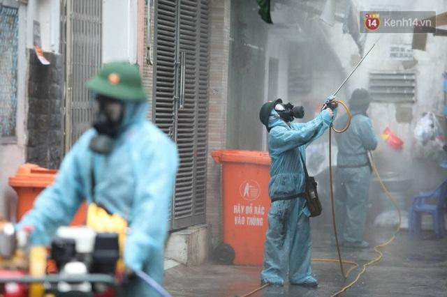 TP.HCM: Lực lượng quân đội tiến hành phun khử trùng tại các điểm nóng Covid-19 ở quận Gò Vấp - Ảnh 16.