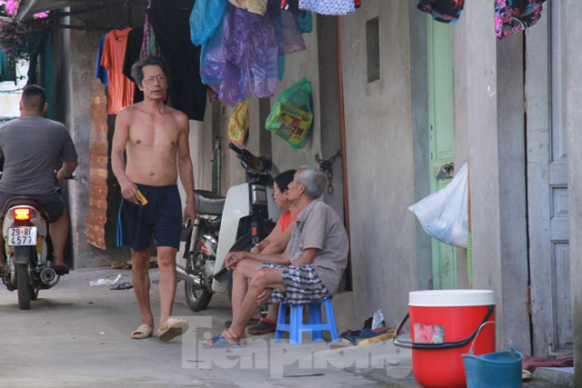 Người dân khu lao động Long Biên khốn đốn trong nắng nóng đổ lửa  - Ảnh 17.