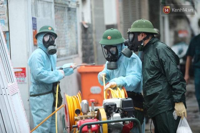 TP.HCM: Lực lượng quân đội tiến hành phun khử trùng tại các điểm nóng Covid-19 ở quận Gò Vấp - Ảnh 17.