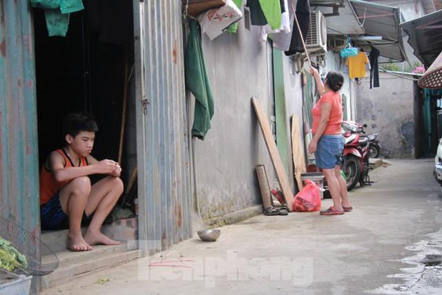 Người dân khu lao động Long Biên khốn đốn trong nắng nóng đổ lửa  - Ảnh 20.