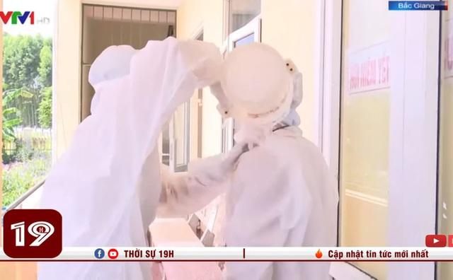 Xót xa hình ảnh nhân viên y tế dội nước đá lên người để làm mát khi phải mặc đồ bảo hộ kín mít dưới nắng nóng 40 độ C - Ảnh 3.