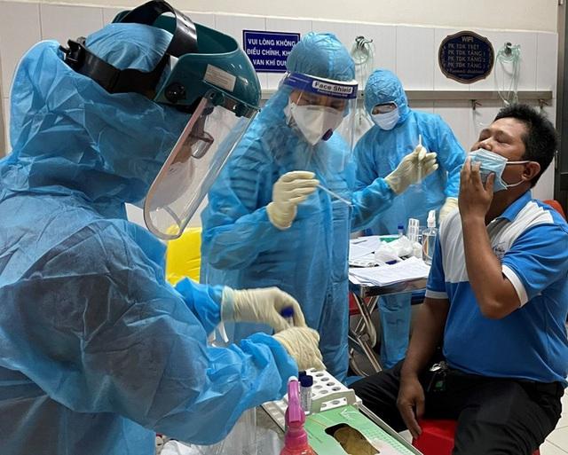 PGS Nguyễn Lân Hiếu: Một lần bị dao mổ cắt vào tay và chuyện những y bác sĩ kiệt sức trong bộ PPE dưới tiết trời đổ lửa - Ảnh 2.