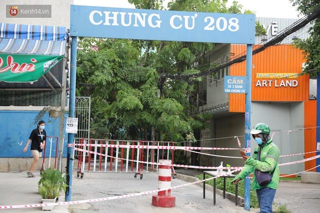Phong tỏa chung cư 208 tại quận Bình Thạnh vì có trường hợp nghi nhiễm Covid-19 - Ảnh 3.