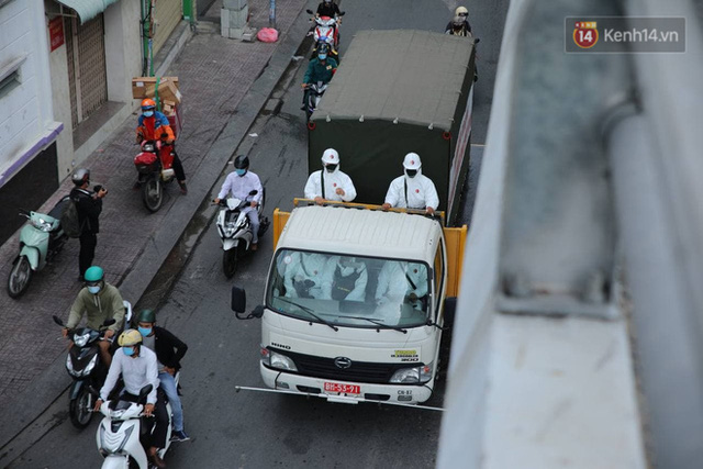 TP.HCM: Lực lượng quân đội tiến hành phun khử trùng tại các điểm nóng Covid-19 ở quận Gò Vấp - Ảnh 3.