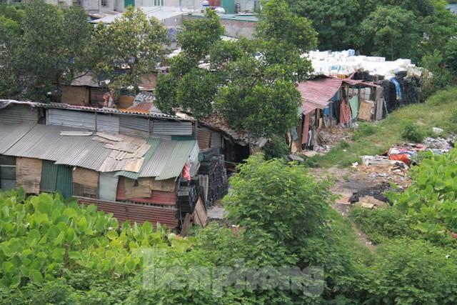 Người dân khu lao động Long Biên khốn đốn trong nắng nóng đổ lửa  - Ảnh 22.