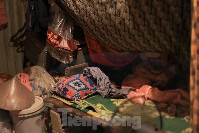 Người dân khu lao động Long Biên khốn đốn trong nắng nóng đổ lửa  - Ảnh 23.
