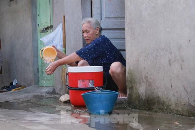 Người dân khu lao động Long Biên khốn đốn trong nắng nóng đổ lửa  - Ảnh 24.