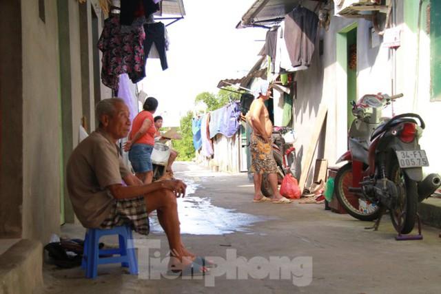 Người dân khu lao động Long Biên khốn đốn trong nắng nóng đổ lửa  - Ảnh 25.
