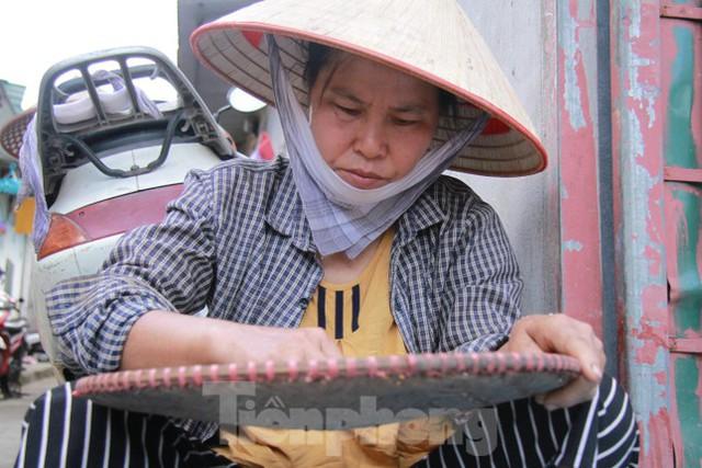 Người dân khu lao động Long Biên khốn đốn trong nắng nóng đổ lửa  - Ảnh 4.