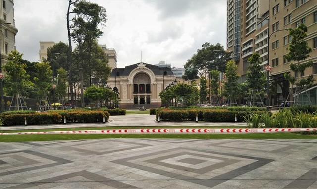 Phố đi bộ Nguyễn Huệ vắng lặng ngày giãn cách  - Ảnh 4.