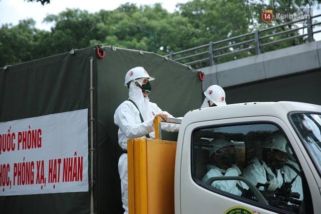 TP.HCM: Lực lượng quân đội tiến hành phun khử trùng tại các điểm nóng Covid-19 ở quận Gò Vấp - Ảnh 4.