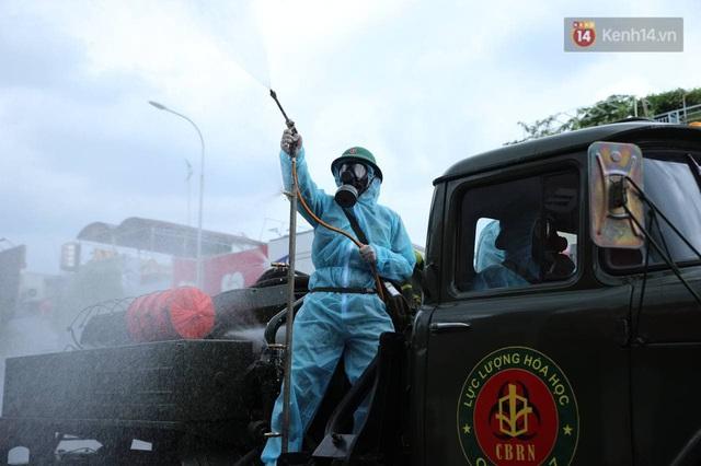 TP.HCM: Lực lượng quân đội tiến hành phun khử trùng tại các điểm nóng Covid-19 ở quận Gò Vấp - Ảnh 5.