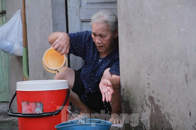 Người dân khu lao động Long Biên khốn đốn trong nắng nóng đổ lửa  - Ảnh 6.
