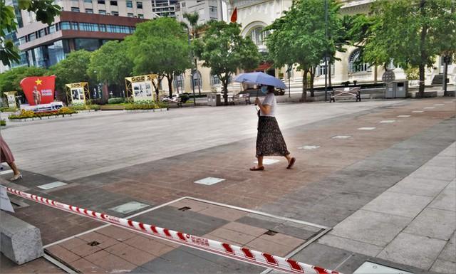 Phố đi bộ Nguyễn Huệ vắng lặng ngày giãn cách  - Ảnh 6.