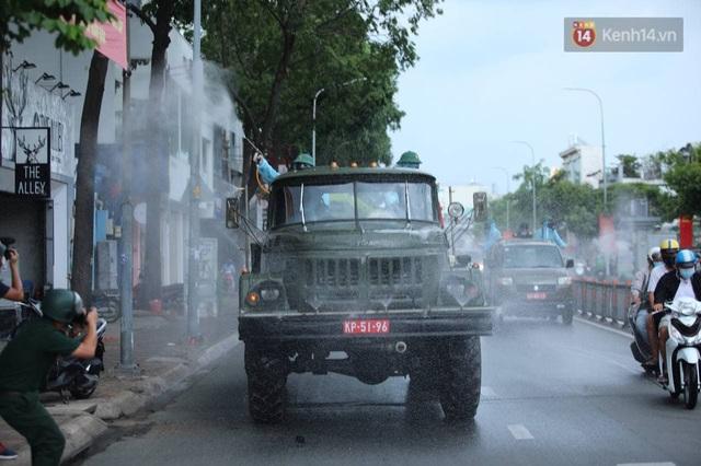 TP.HCM: Lực lượng quân đội tiến hành phun khử trùng tại các điểm nóng Covid-19 ở quận Gò Vấp - Ảnh 6.