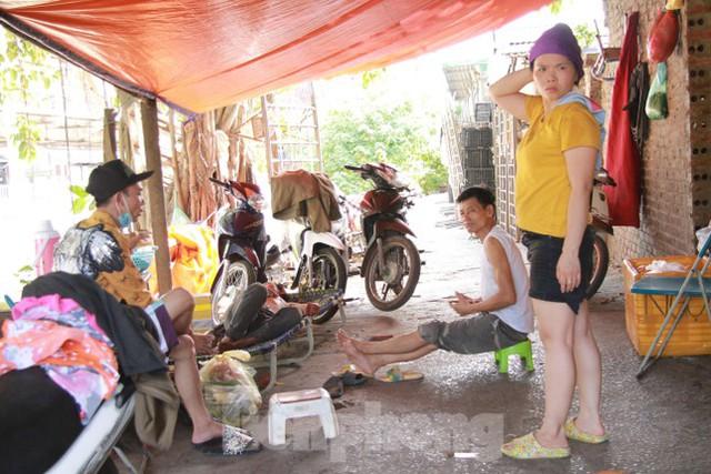 Người dân khu lao động Long Biên khốn đốn trong nắng nóng đổ lửa  - Ảnh 8.