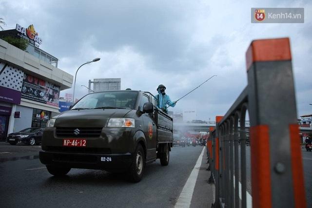 TP.HCM: Lực lượng quân đội tiến hành phun khử trùng tại các điểm nóng Covid-19 ở quận Gò Vấp - Ảnh 8.
