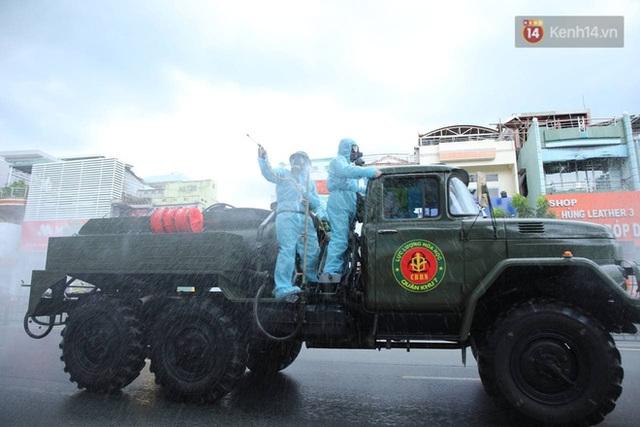 TP.HCM: Lực lượng quân đội tiến hành phun khử trùng tại các điểm nóng Covid-19 ở quận Gò Vấp - Ảnh 9.