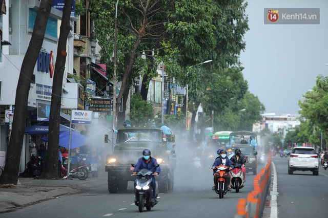 TP.HCM: Lực lượng quân đội tiến hành phun khử trùng tại các điểm nóng Covid-19 ở quận Gò Vấp - Ảnh 10.