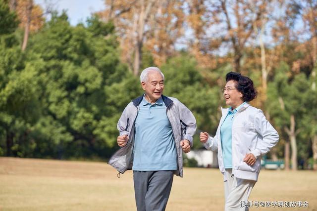 Những người có tuổi thọ ngắn thường có 3 đặc điểm này khi đi bộ, sau 45 tuổi hy vọng bạn không mắc phải bất kì điểm nào - Ảnh 1.