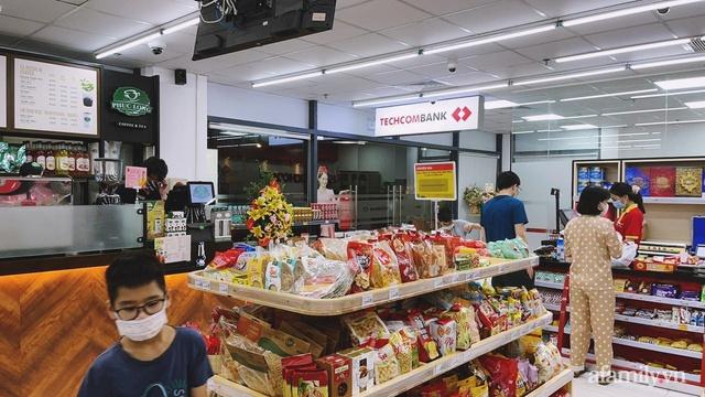Bên trong cửa hàng VinMart+ với mô hình kết hợp Techcombank và Phúc Long lần đầu tiên xuất hiện tại Hà Nội - Ảnh 2.
