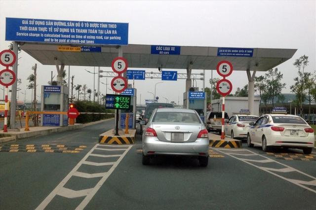 Xe ô tô ra, vào sân bay vẫn phải nộp phí, kể cả dưới 10 phút - Ảnh 1.