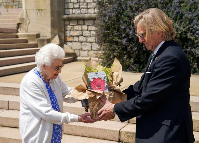 Nữ hoàng Anh có hành động đặc biệt nhân dịp sinh nhật lần thứ 100 của Hoàng tế Philip khiến Harry xấu hổ khi bị bóc trần bản chất thật  - Ảnh 2.