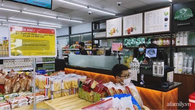 Bên trong cửa hàng VinMart+ với mô hình kết hợp Techcombank và Phúc Long lần đầu tiên xuất hiện tại Hà Nội - Ảnh 3.