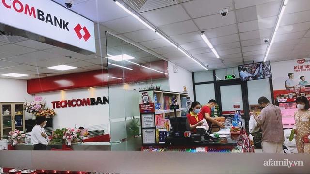 Bên trong cửa hàng VinMart+ với mô hình kết hợp Techcombank và Phúc Long lần đầu tiên xuất hiện tại Hà Nội - Ảnh 4.