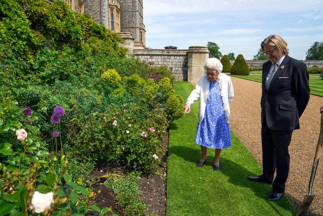 Nữ hoàng Anh có hành động đặc biệt nhân dịp sinh nhật lần thứ 100 của Hoàng tế Philip khiến Harry xấu hổ khi bị bóc trần bản chất thật  - Ảnh 5.
