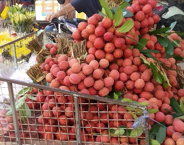 Vải thiều tràn ngập thị trường trái cây TP HCM - Ảnh 2.