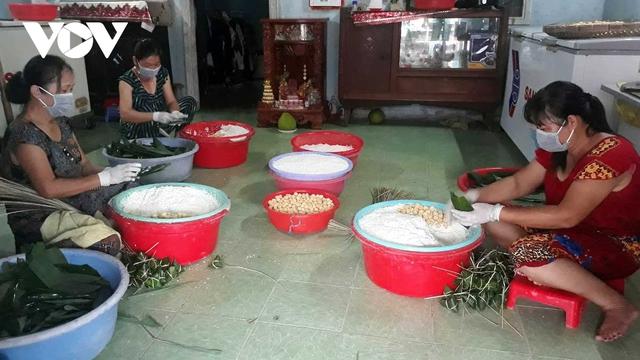 Bánh ú nước tro Sóc Trăng hút khách dịp Tết Đoan Ngọ - Ảnh 1.