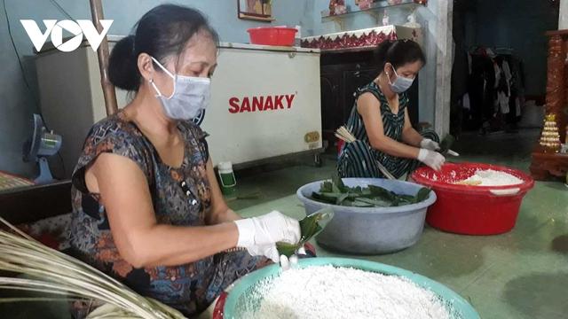 Bánh ú nước tro Sóc Trăng hút khách dịp Tết Đoan Ngọ - Ảnh 2.