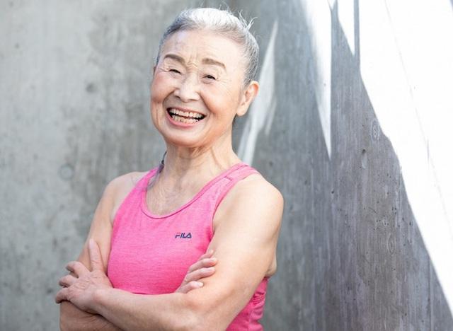Cụ bà Nhật Bản 90 tuổi nhưng làn da vẫn căng bóng, cơ thể dẻo dai như thiếu nữ: Bí quyết trẻ lâu, sống thọ đến từ 4 kiểu ăn uống đơn giản - Ảnh 6.
