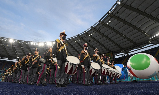 Mãn nhãn với lễ khai mạc Euro 2021: Bữa tiệc màu sắc đầy ấn tượng mang nhiều thông điệp ý nghĩa - Ảnh 1.