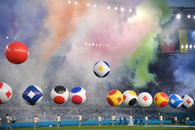 Mãn nhãn với lễ khai mạc Euro 2021: Bữa tiệc màu sắc đầy ấn tượng mang nhiều thông điệp ý nghĩa - Ảnh 2.
