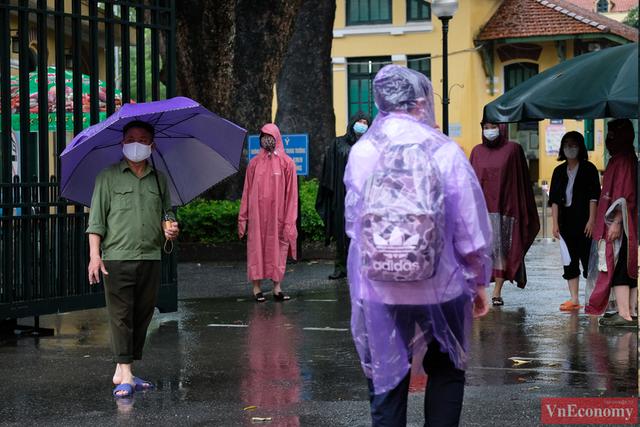 Hà Nội: Hơn 93.000 học sinh đội mưa dự thi vào lớp 10 - Ảnh 2.