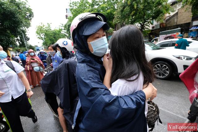 Hà Nội: Hơn 93.000 học sinh đội mưa dự thi vào lớp 10 - Ảnh 12.