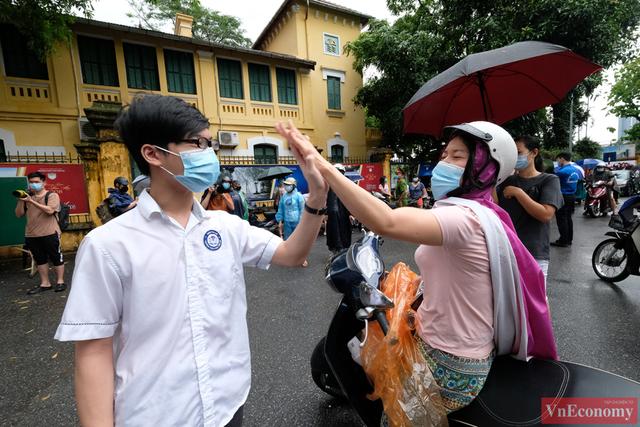 Hà Nội: Hơn 93.000 học sinh đội mưa dự thi vào lớp 10 - Ảnh 13.